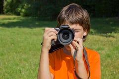 Muchacho con photocamera Foto de archivo