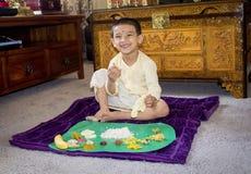 Muchacho con ropa tradicional en día del onam y almuerzo el tener Fotos de archivo