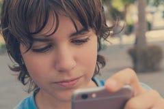 Muchacho con smartphone en la calle Imagen de archivo libre de regalías