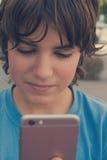 Muchacho con smartphone en la calle Imagenes de archivo