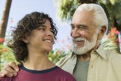 Muchacho con su abuelo al aire libre Fotos de archivo