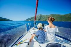 Muchacho con su hermana a bordo del yate de la navegación en travesía del verano Aventura del viaje, navegando con el niño el vac Imágenes de archivo libres de regalías