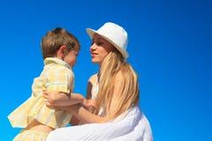 Muchacho con su madre Fotografía de archivo