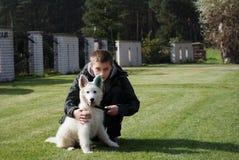 Muchacho con su perrito encantador Imagenes de archivo