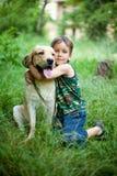 Muchacho con su perro foto de archivo