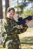 Muchacho con un arma que juega la etiqueta del laser Imagenes de archivo