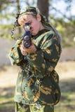 Muchacho con un arma que juega la etiqueta del laser Foto de archivo