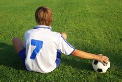 Muchacho con un balón de fútbol Fotos de archivo