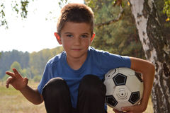 Muchacho con un balón de fútbol Fotos de archivo libres de regalías