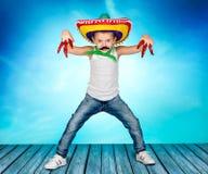 Muchacho con un bigote falso y en el sombrero mexicano Fotos de archivo
