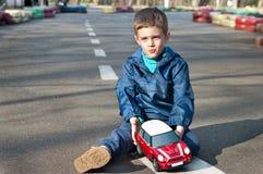 Muchacho con un coche del juguete Imágenes de archivo libres de regalías