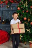 Muchacho con un regalo de la Navidad Imágenes de archivo libres de regalías