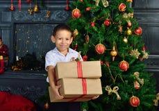 Muchacho con un regalo de la Navidad Fotografía de archivo libre de regalías