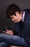 Muchacho con un smartphone Fotografía de archivo