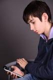Muchacho con un smartphone Foto de archivo libre de regalías