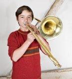 Muchacho con un trombón Fotos de archivo