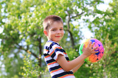 Muchacho con una bola Foto de archivo libre de regalías