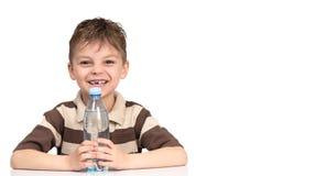 Muchacho con una botella de agua Fotos de archivo libres de regalías