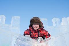 Muchacho con una escultura de hielo Imagen de archivo