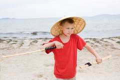 Muchacho con una espada del samurai Fotografía de archivo