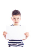 Muchacho con una hoja de papel en blanco Imagenes de archivo