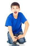 Muchacho con una palanca de mando que juega a los juegos video Fotografía de archivo