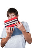 Muchacho con una pila enorme de libros pesados en manos Imagenes de archivo