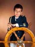 Muchacho con una rueda hermosa del mar Foto de archivo libre de regalías
