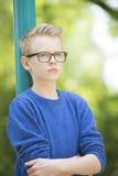 Muchacho confiado del adolescente con el retrato de los vidrios Fotos de archivo