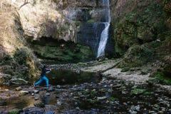 Muchacho de 12 años que camina cerca de la cascada Ferrera, Italia de Fermona Foto de archivo