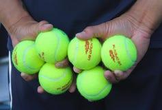 Muchacho de bola que sostiene pelotas de tenis en Billie Jean King National Tennis Center Imagen de archivo
