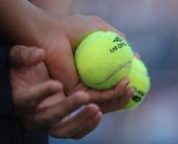 Muchacho de bola que sostiene pelotas de tenis en Billie Jean King National Tennis Center durante el US Open 2016 Imagen de archivo libre de regalías