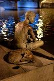Muchacho de bronce, pescando en el río de Singapur Fotos de archivo