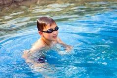 Muchacho de diez años en piscina imagenes de archivo