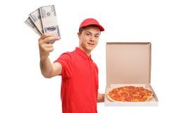 Muchacho de entrega adolescente de la pizza con los paquetes de dinero Foto de archivo