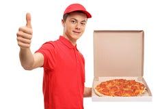 Muchacho de entrega adolescente de la pizza que hace un pulgar encima del gesto Foto de archivo libre de regalías