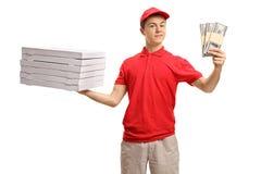 Muchacho de entrega adolescente de la pizza que sostiene una pila de cajas y de BU de la pizza Fotografía de archivo