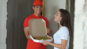 Muchacho de entrega hermoso joven de la pizza La muchacha bonita consiguió la pizza comida de la entrega del concepto metrajes