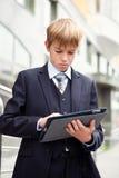 Muchacho de escuela con la tablilla electrónica Fotos de archivo