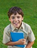 Muchacho de escuela feliz con el cuaderno Imágenes de archivo libres de regalías