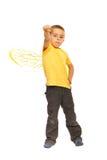 Muchacho de gran alcance del niño con las alas de la abeja Imagen de archivo