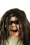 Muchacho de griterío en peluca fotografía de archivo
