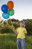 Muchacho de la belleza con el globo al aire libre imagenes de archivo