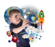 Muchacho de la ciencia que explora y que aprende el espacio Imagen de archivo