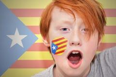 Muchacho de la fan del pelirrojo con la bandera catalan pintada en su cara Imagenes de archivo