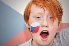 Muchacho de la fan del pelirrojo con la bandera checa pintada en su cara Fotos de archivo