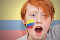 Muchacho de la fan del pelirrojo con la bandera colombiana pintada en su cara Fotografía de archivo