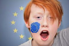 Muchacho de la fan del pelirrojo con la bandera de unión europea pintada en su cara Imagen de archivo
