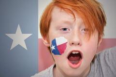 Muchacho de la fan del pelirrojo con la bandera del estado de Tejas pintada en su cara Fotos de archivo libres de regalías