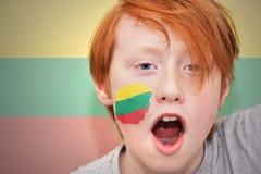 Muchacho de la fan del pelirrojo con la bandera lituana pintada en su cara Fotos de archivo